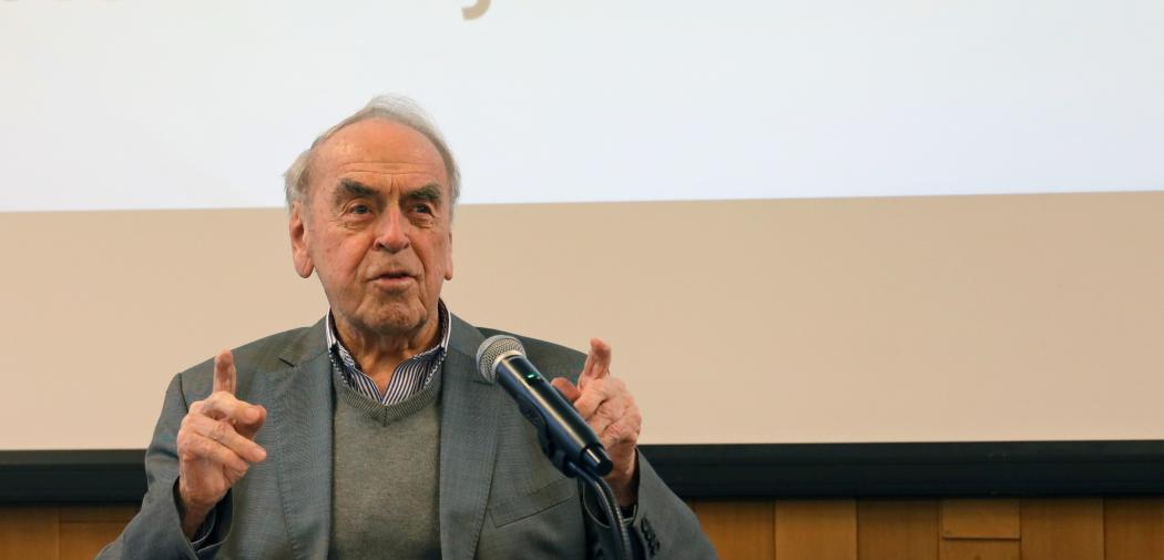 Prof. Dr Jürgen Moltmann speaks with the students at the WCC's Ecumenical Institute