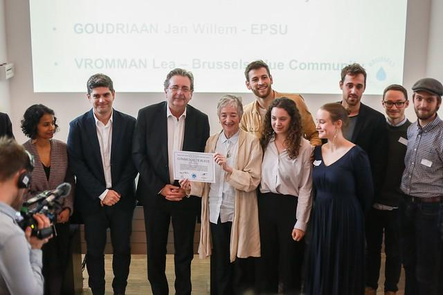 Dr Maude Barlow giving Blue community Certificate to Minister-President of the Brussels Capital Region Rudi Vervoort. Photo: Blue Planet Project