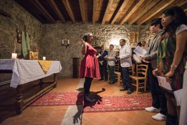 Bossey student Quantisha Mason gives a blessing at the end of thanksgiving prayer in the Bossey chapel. All photos: Albin Hillert/WCC