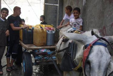 Children in Gaza fetching water. © EWN, 2014.