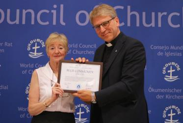 Maude Barlow awards the Blue Community certificate to WCC. Photo: Ivars Kupcis/WCC